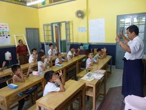 Niños y profesor local en una escuela en Myanmar, sudeste asiático.