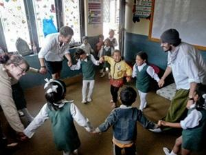 Voluntarios de Projects Abroad en una clase interactiva en Nepal