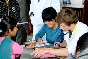 Voluntaria de enfermería realizando una revisión en Nepal