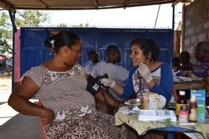 Voluntaria tratando a una paciente durante una campaña médica en Ghana