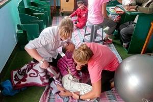 Voluntaria de fisioterapia realizando una revisión en Nepal