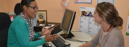Un estudiante de trabajo social durante sus prácticas en Projects Abroad intern comenta un caso con un trabajador social profesional en su lugar de trabajo.