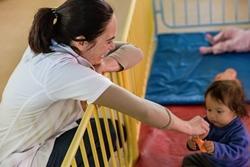 Los estudiantes en prácticas de trabajo social en Projects Abroad junto con niños bolivianos en el centro de asistencia en Cochabamba.