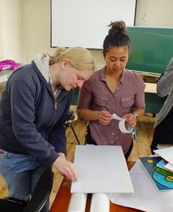 Un estudiante de trabajo social en prácticas con Projects Abroad prepara los materiales para un taller en Mongolia, Asia.