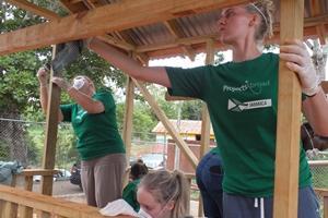 Voluntarios despejando terreno para parque infantil en Jamaica