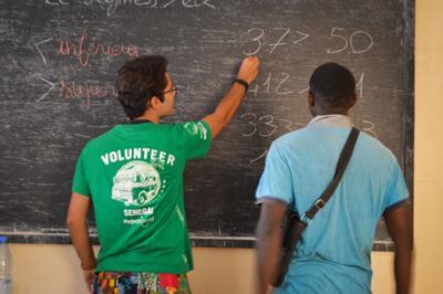 Interno explicando matemáticas a beneficiario de Microfinanzas