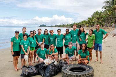 Voluntarios después de una limpieza de playa